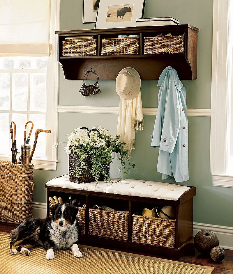 Simplu, dar eficient acest mobilier. Doua piese multifunctionale perfecte pentru un hol mic. Foto Pottery Barn