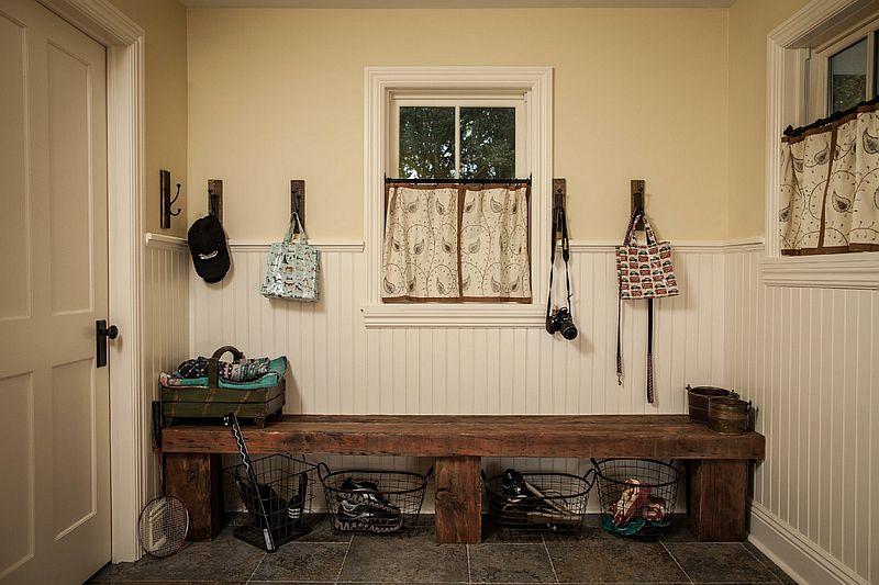 O simpla bacnheta poate ajuta mult intr-un hol, mai ale spe timp de iarna. Foto Z+ Architects