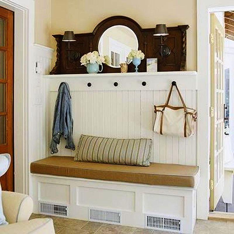 Accesorizarea cu o oglinda veche si corpuri de iluminat amplifica stilul rustic al unui mobilier simplu de hol. Foto hgtv