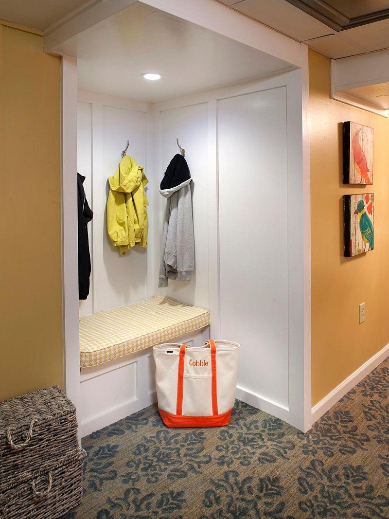Chiar si intr-un spatiu mic poate fi creat un loc de sedere. Banca poate fi ca un cufar, deci si cu spatiu de depozitare la interior. Foto hgtv.com