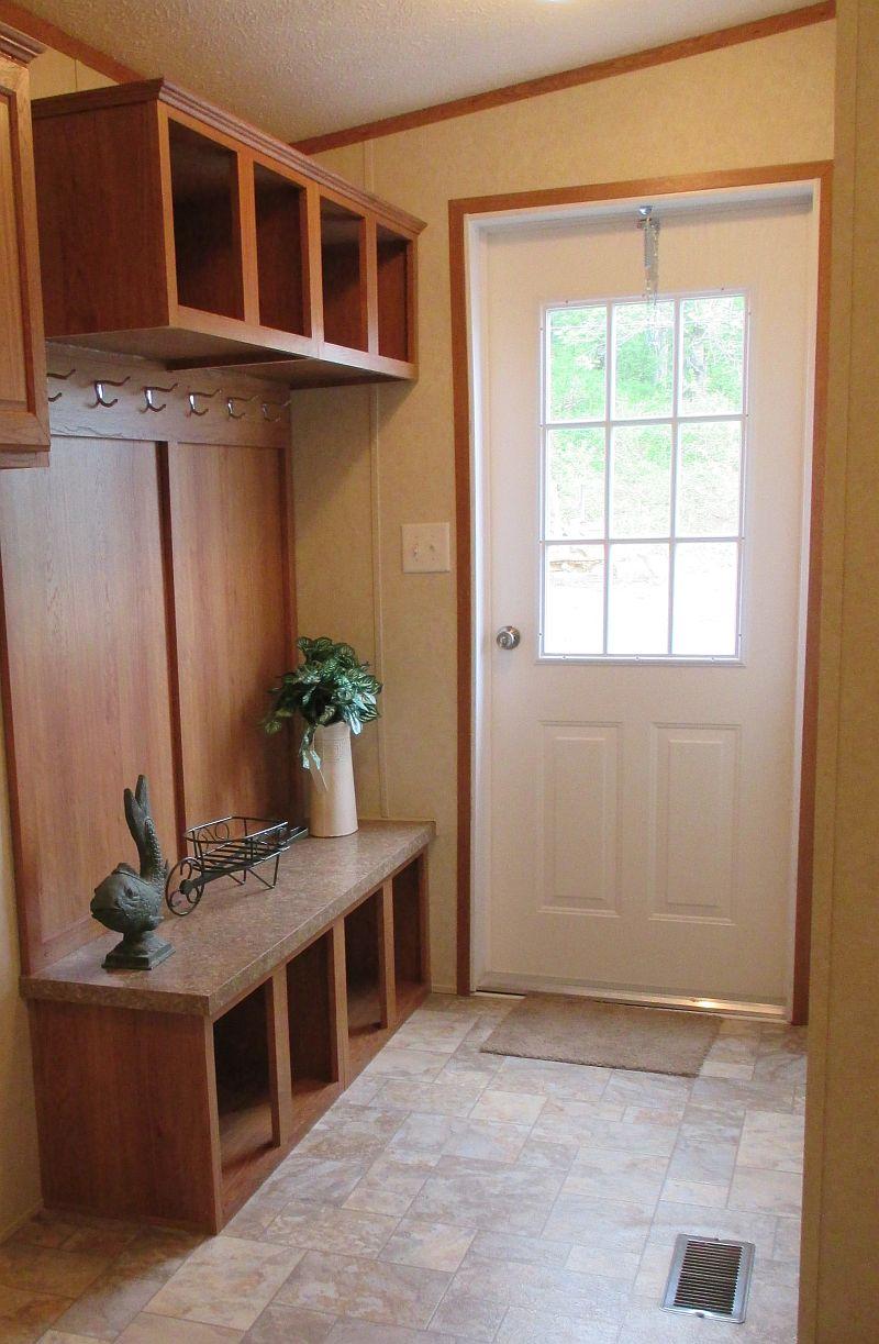 Simplu, dar eficient acest mobilier de hol. Se potriveste atat pentur un stil actual, cat si pentur o casa in stil rustic. Foto Paradise Homes WV