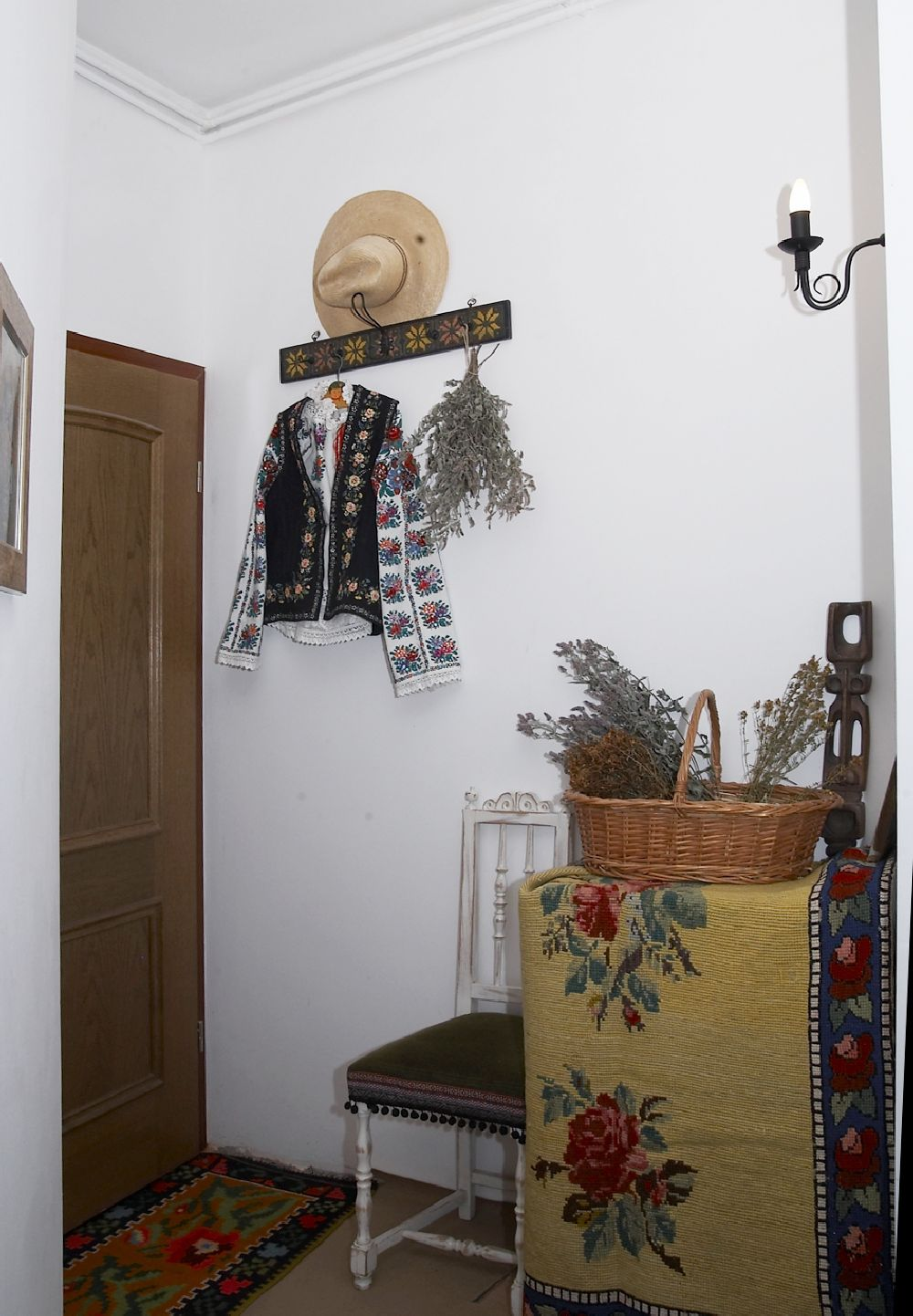 adelaparvu.com despre Anca Ciuciulin si casa ei cu decor traditional romanesc (7)