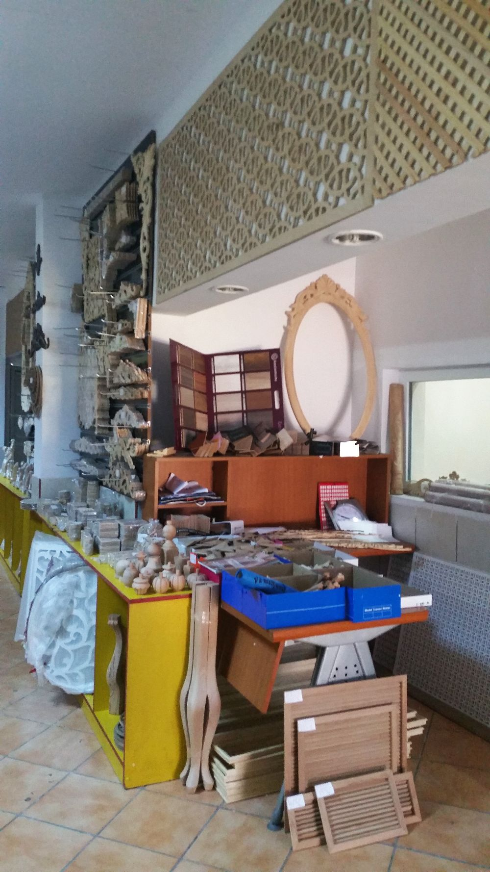 adelaparvu.com despre accesori din lemn si MDF, trafoare, paravane, stalpi, coloane Gold Concept Store (3)