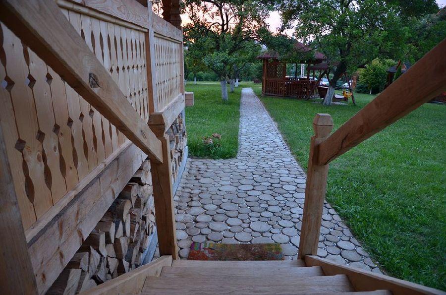 adelaparvu.com despre alei de gradina cu rondele din lemn de salcam, Foto Dan Bersan, Pensiunea Magnolia (11)