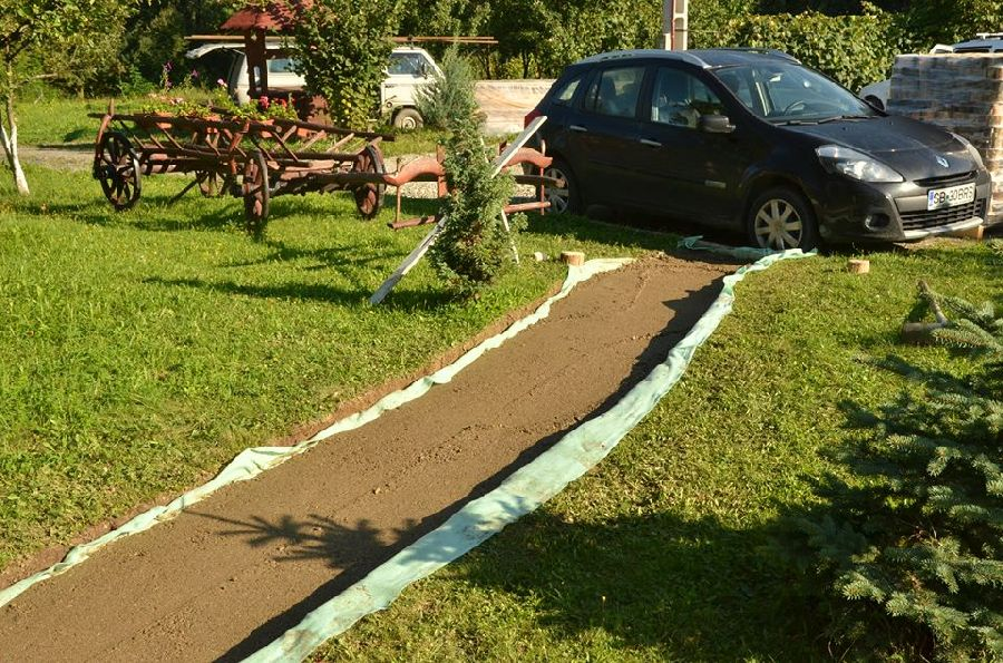 adelaparvu.com despre alei de gradina cu rondele din lemn de salcam, Foto Dan Bersan, Pensiunea Magnolia (2)