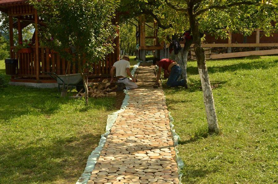 adelaparvu.com despre alei de gradina cu rondele din lemn de salcam, Foto Dan Bersan, Pensiunea Magnolia (4)