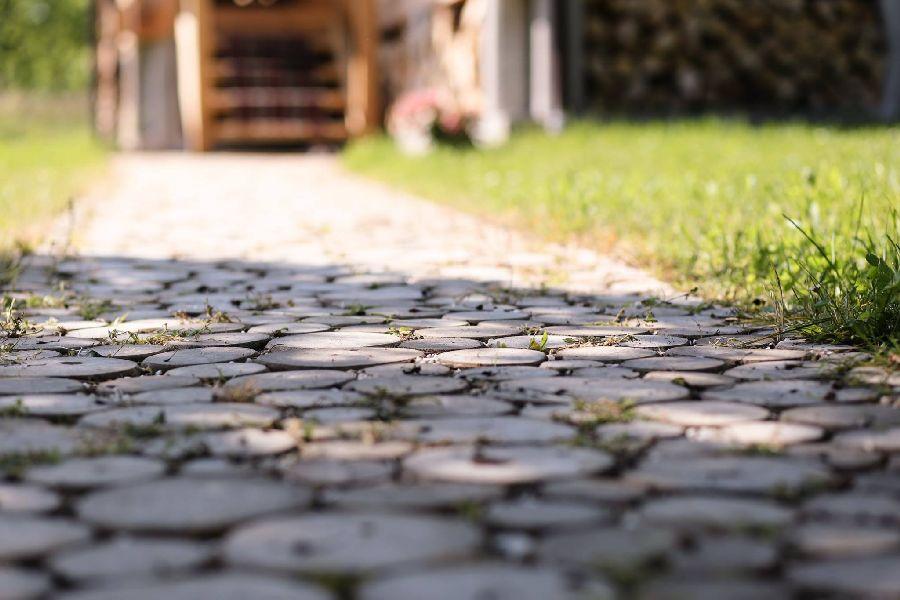 adelaparvu.com despre alei de gradina cu rondele din lemn de salcam, Foto Dan Bersan, Pensiunea Magnolia (6)