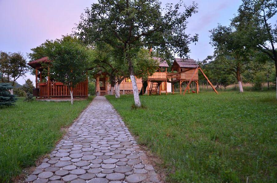 adelaparvu.com despre alei de gradina cu rondele din lemn de salcam, Foto Dan Bersan, Pensiunea Magnolia (7)