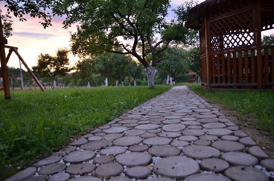 adelaparvu.com despre alei de gradina cu rondele din lemn de salcam, Foto Dan Bersan, Pensiunea Magnolia (9)