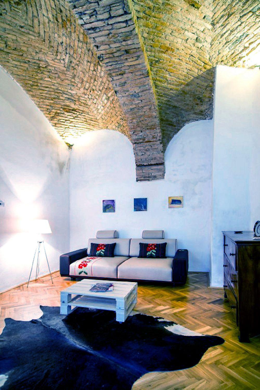 Cluj Apartments, canapea Bucovina designer Mihai Grama