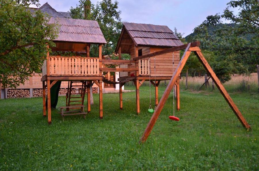 adelaparvu.com despre loc de joaca cu aspect rustic, Foto Dan Bersan, Pensiunea Magnolia (1)