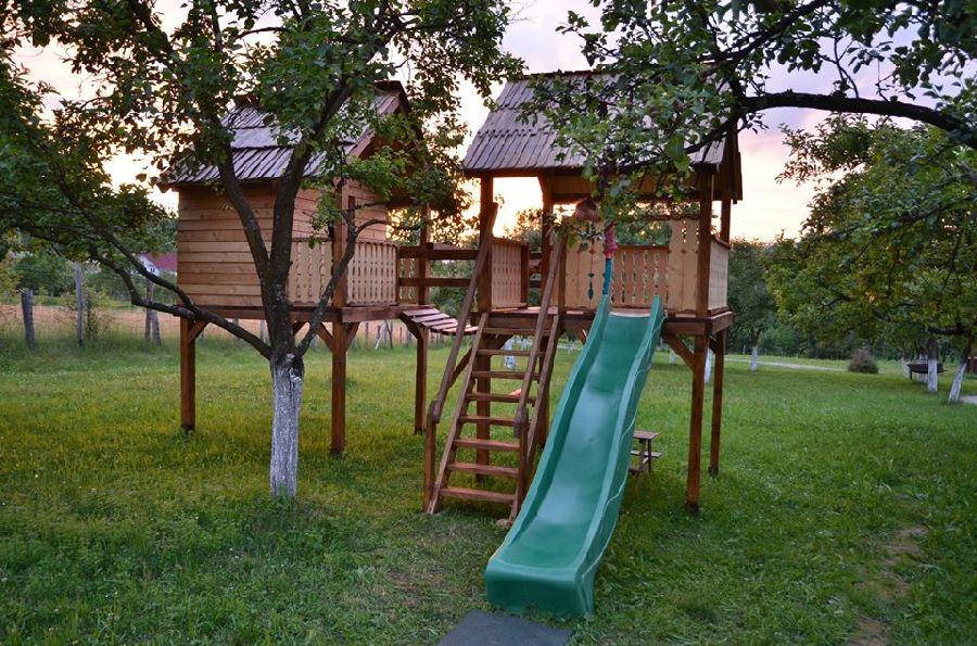 adelaparvu.com despre loc de joaca cu aspect rustic, Foto Dan Bersan, Pensiunea Magnolia (2)