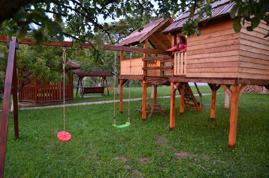 adelaparvu.com despre loc de joaca cu aspect rustic, Foto Dan Bersan, Pensiunea Magnolia (3)