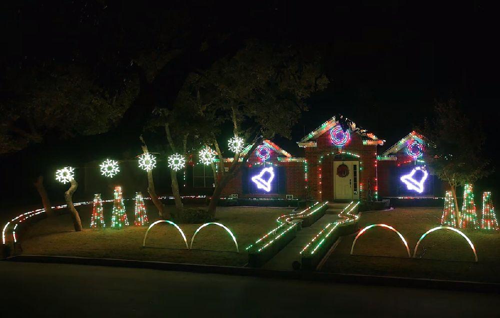 adelaparvu.com despre instalație de Crăciun pentru casă creată de Matt Johnson, The Great Christmas Light Fight (1)