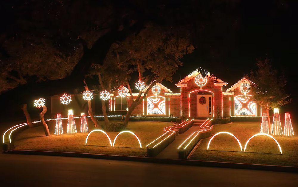 adelaparvu.com despre instalație de Crăciun pentru casă creată de Matt Johnson, The Great Christmas Light Fight (10)