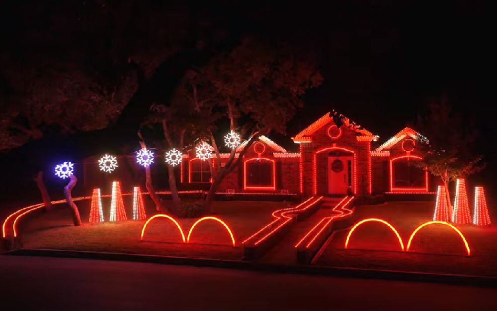 adelaparvu.com despre instalație de Crăciun pentru casă creată de Matt Johnson, The Great Christmas Light Fight (11)