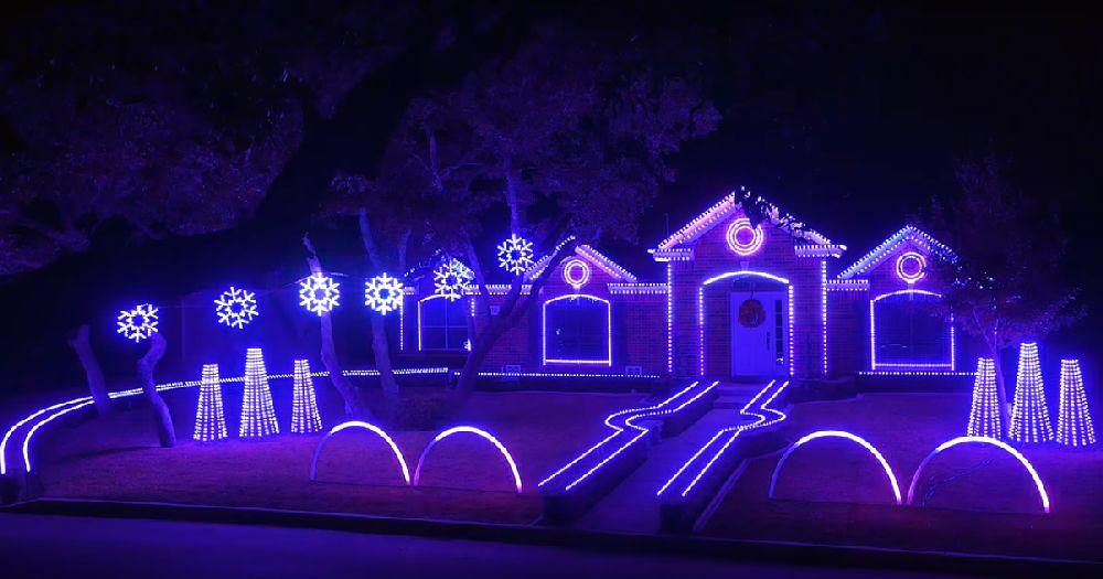 adelaparvu.com despre instalație de Crăciun pentru casă creată de Matt Johnson, The Great Christmas Light Fight (2)