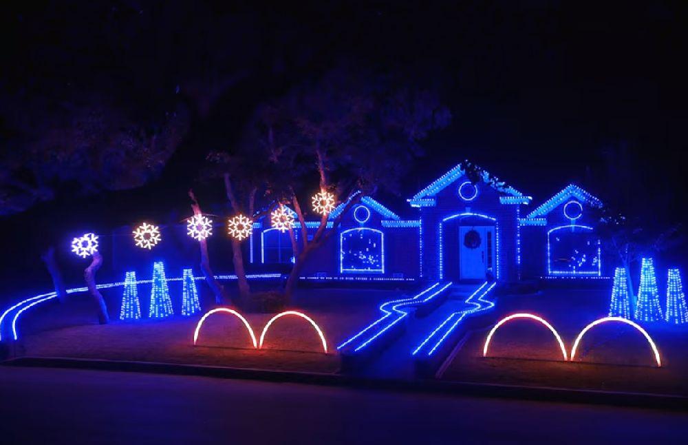 adelaparvu.com despre instalație de Crăciun pentru casă creată de Matt Johnson, The Great Christmas Light Fight (3)