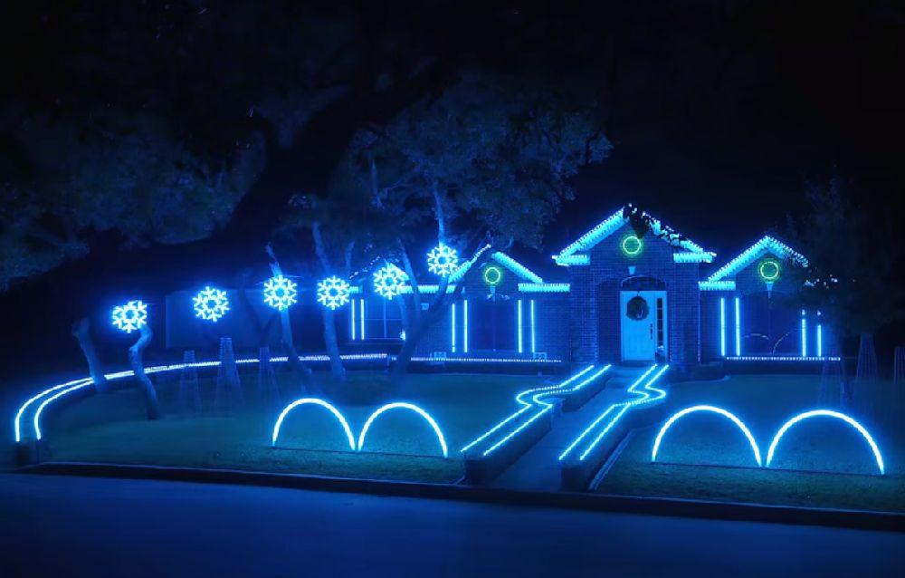 adelaparvu.com despre instalație de Crăciun pentru casă creată de Matt Johnson, The Great Christmas Light Fight (4)