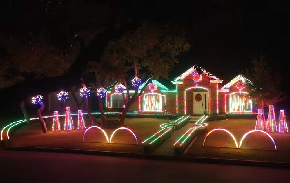 adelaparvu.com despre instalație de Crăciun pentru casă creată de Matt Johnson, The Great Christmas Light Fight (5)