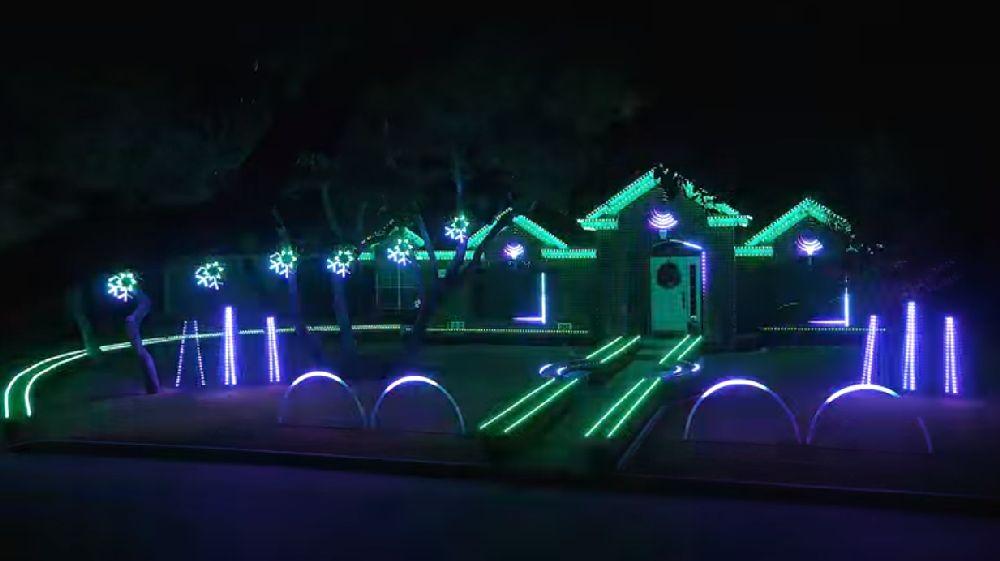 adelaparvu.com despre instalație de Crăciun pentru casă creată de Matt Johnson, The Great Christmas Light Fight (6)