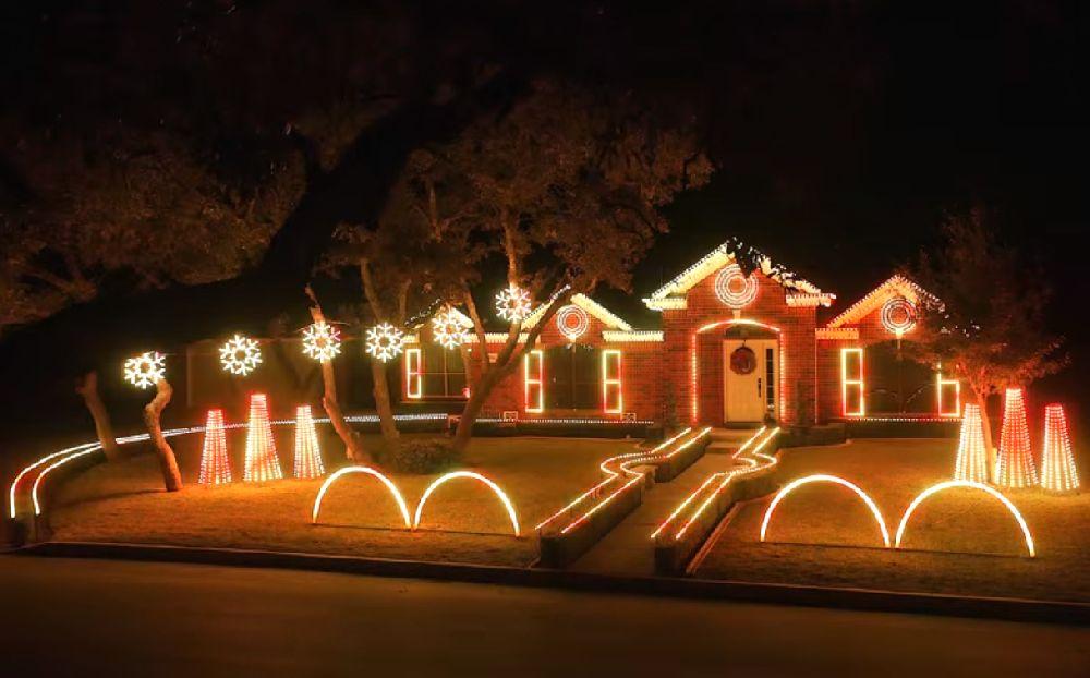 adelaparvu.com despre instalație de Crăciun pentru casă creată de Matt Johnson, The Great Christmas Light Fight (7)