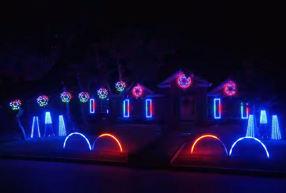 adelaparvu.com despre instalație de Crăciun pentru casă creată de Matt Johnson, The Great Christmas Light Fight (8)