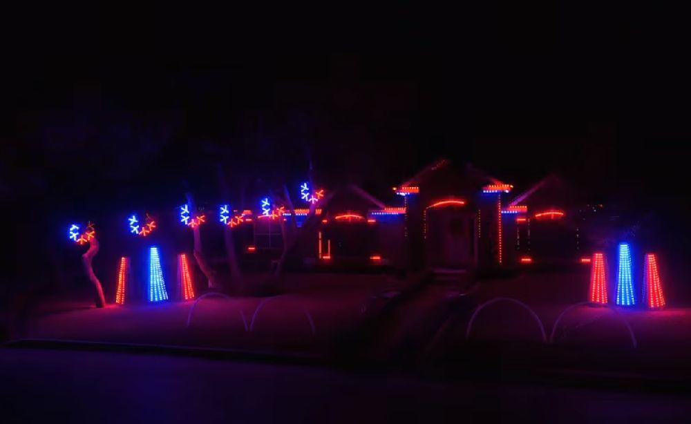 adelaparvu.com despre instalație de Crăciun pentru casă creată de Matt Johnson, The Great Christmas Light Fight (9)