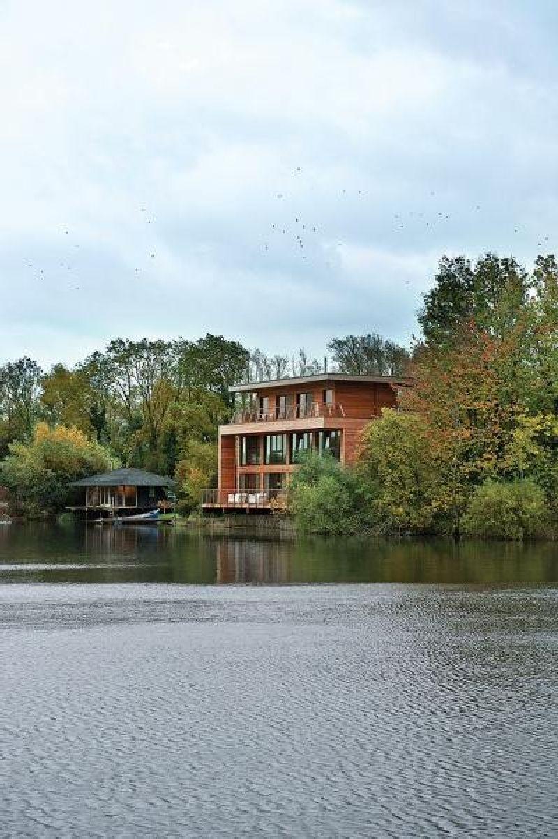 adelaparvu.com despre casa moderna pe malul lacului, casa Anglia, Gloucestershire, Foto Weranda, Polly Eltes, Narratives (3)