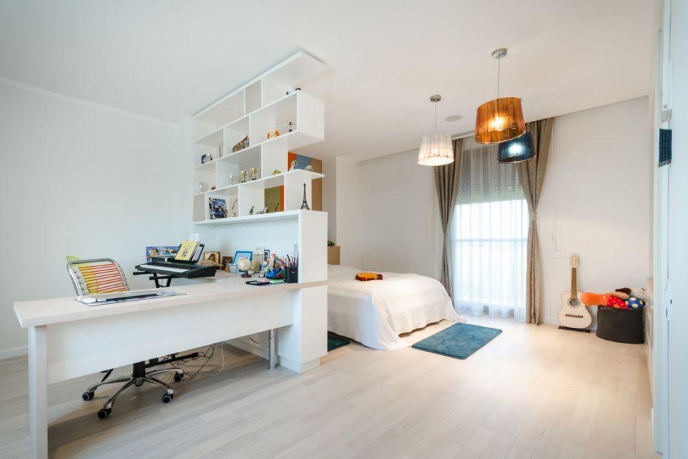 Copilul nostru își dorește o cameră aerisită, cu locul de birou de unde să nu-ți vadă patul. Casa F, arhitecti Stefan-Alberto Bianco, Lavinia Moraru, Anca Gavrila