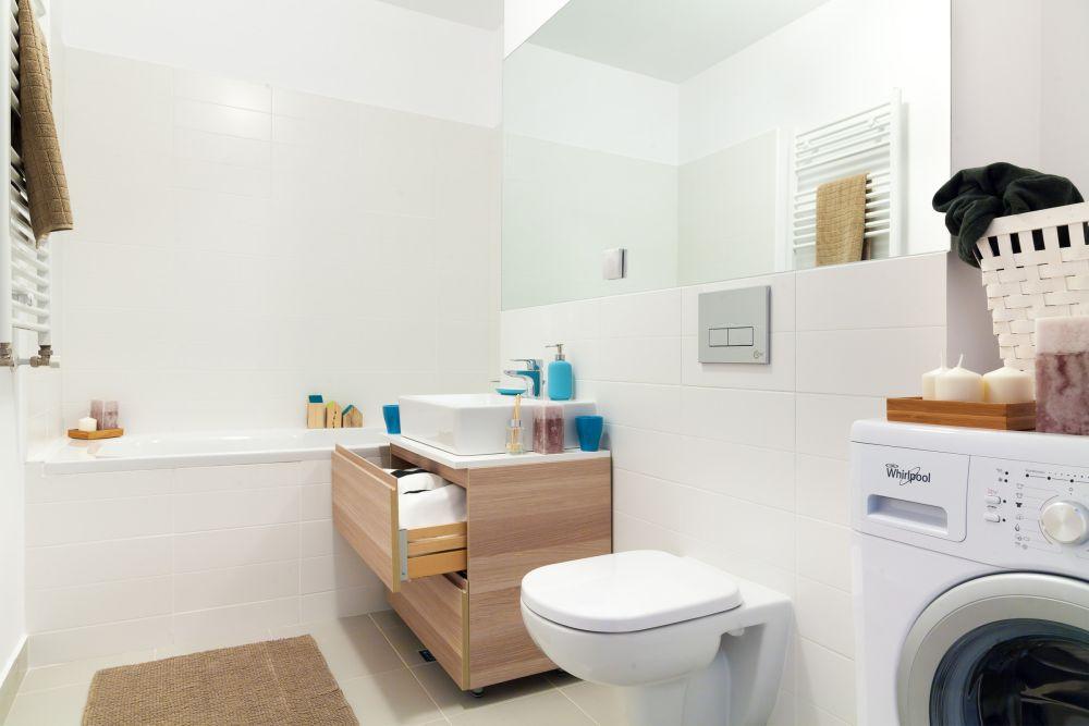 Ne dorim o baie spațioasă, luminoasă și cu loc pentur mașina de spălat. Designeri Marilena-Popa, Mihnea Ghildus