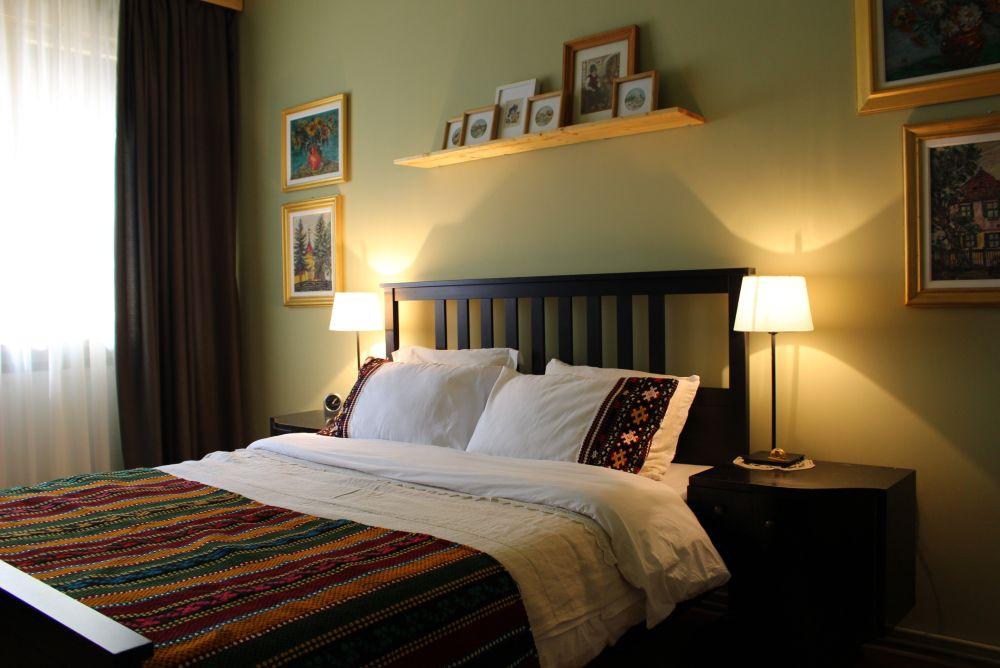 Ne dorim un dormitor tradițional românesc, dar mai modern, care să ne aducă aminte de bunicii noștri dragi. Design Liliana Paler, Petru Paler - Atelierul Paler