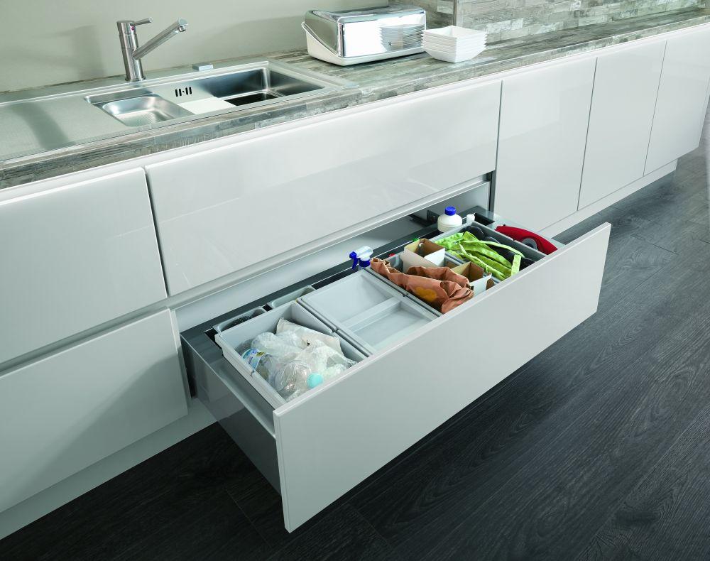 In foto bucatarie Lux cu sertar pentru depozitarea alimentelor