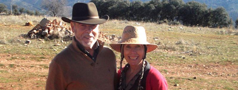Sian Huertas alături de soțul ei Paco pe proprietatea lor din Villanueva del Trabuco, unde are și atelierul pentru cursuri de vopsitorie naturală a lânii
