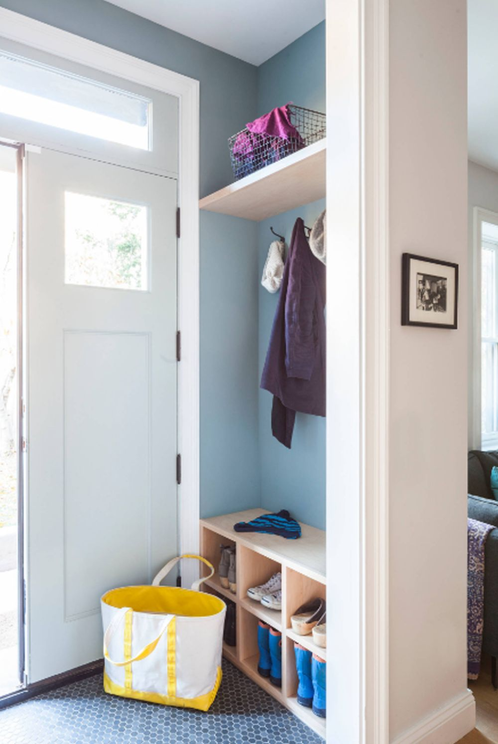 adelaparvu.com despre 30 solutii pentru separarea usii de la intrare, hol creat cu mobila si paravane, Foto Barker Freeman Design