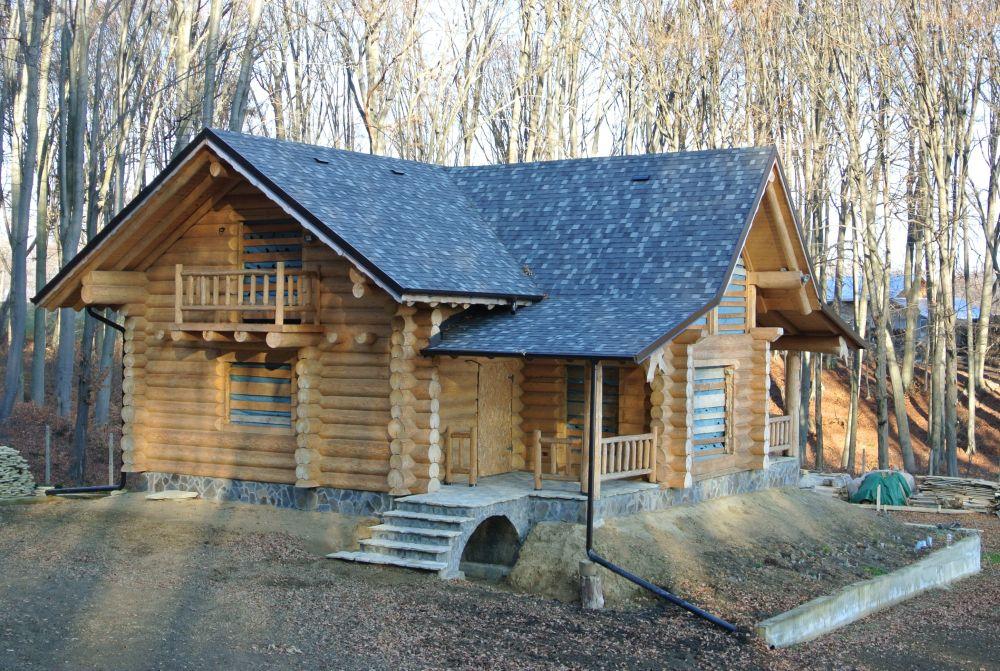 Cabana de munte din bârne de lemn cu acoperiș Tegola
