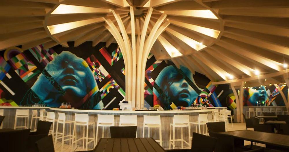 La Sands of Therme ai ocazia să admiri și să te bucuri de cea mai mare și mpreisonată lucrare de street art din România realizată de către artiștii de la Sweet Damage Crew. Lucrarea lor decorează beach barurile și barul piscinei.