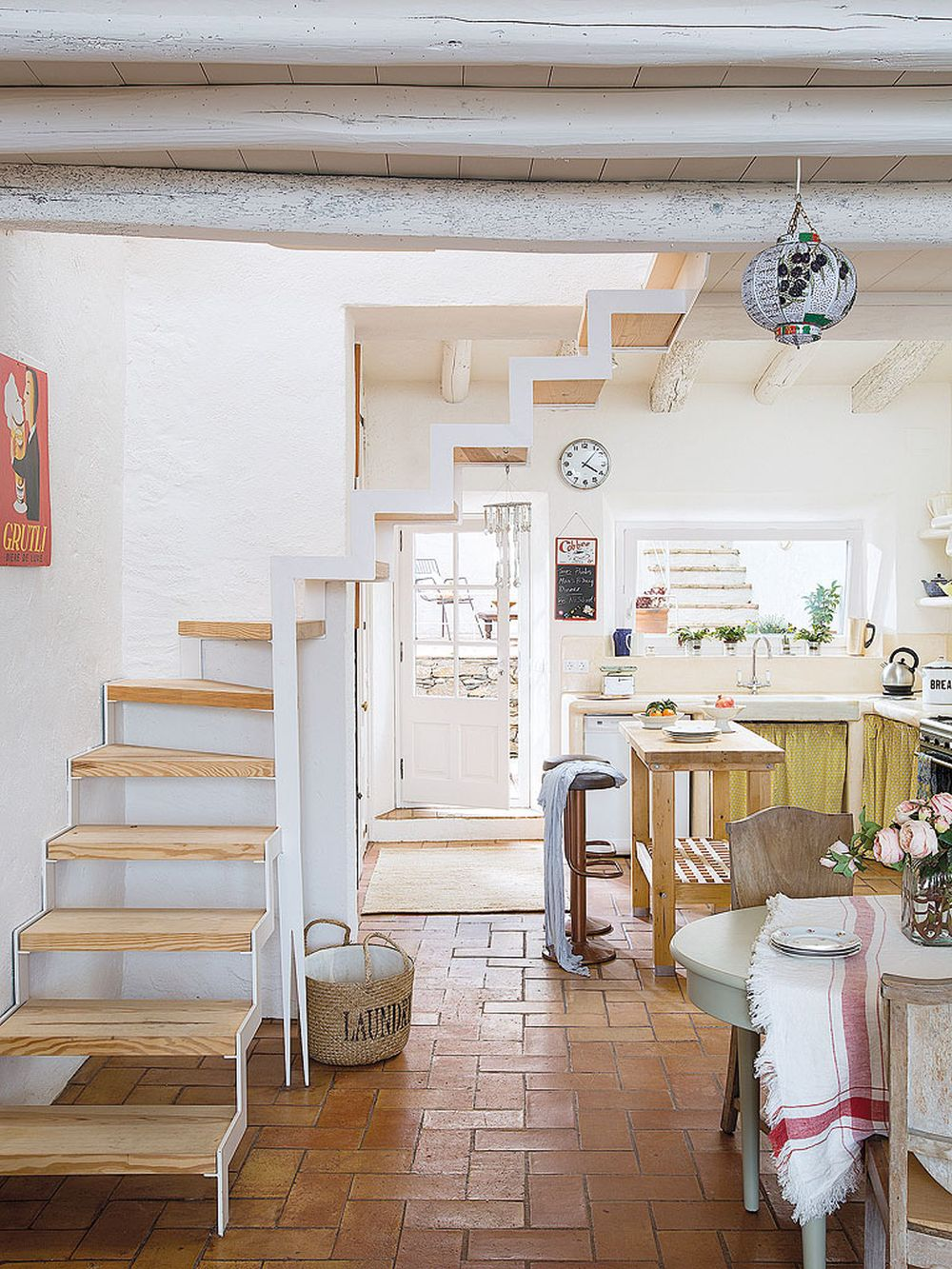adelaparvu.com despre casa rustica cu pereti si plafoane albe, designer Josep Curanta, Foto MiCasa (4)