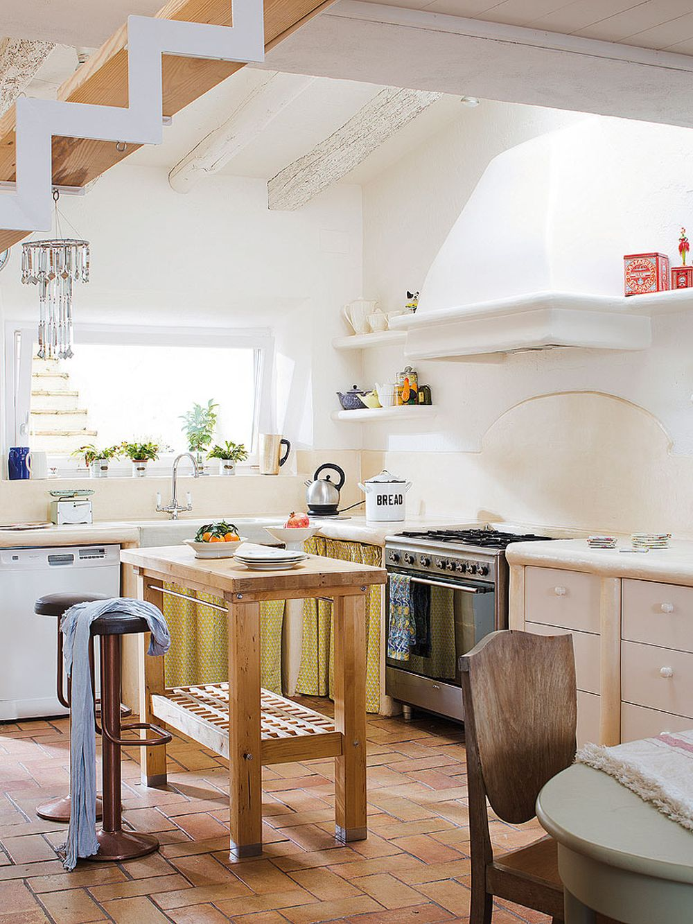 adelaparvu.com despre casa rustica cu pereti si plafoane albe, designer Josep Curanta, Foto MiCasa (6)