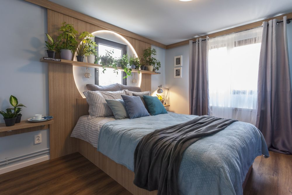 Dormitorul tatălui după renovarea făcută de către echipa Visuri la cheie.