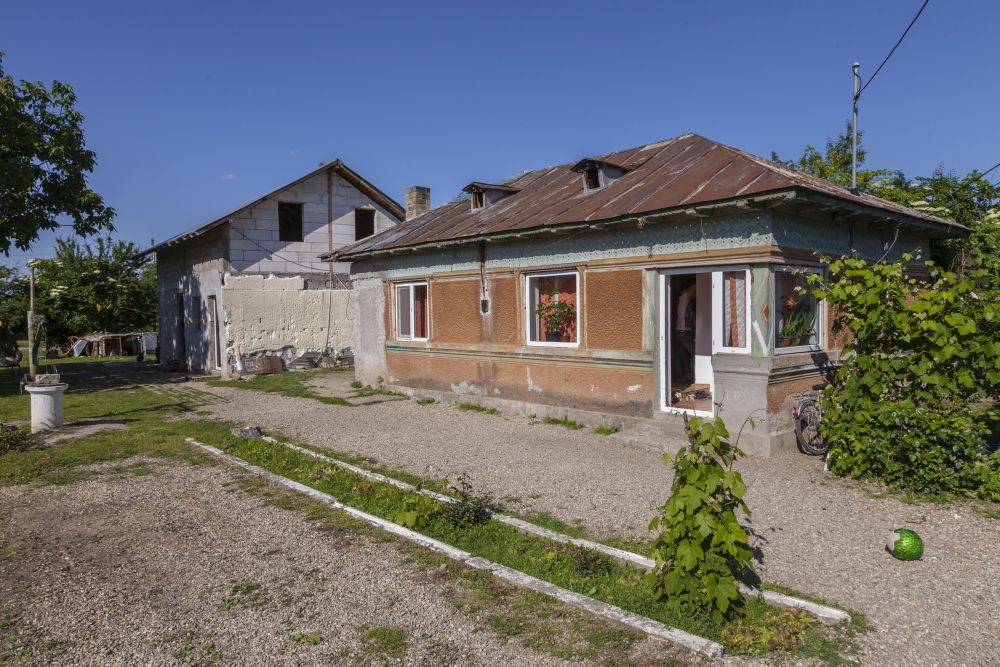 Casa bătrâneasc și casa construită de Irinel pe același lot de teren.