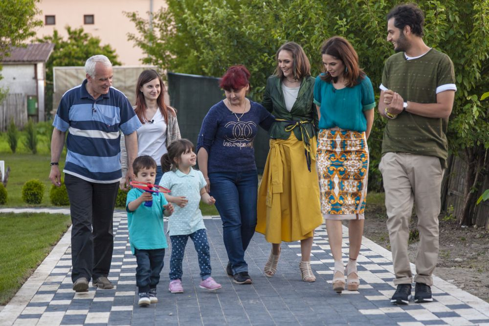 adelaparvu.com despre renovarea casei familie Motrogan, ep 2, sez 4 Visuri la cheie, foto echipa si familia (10)