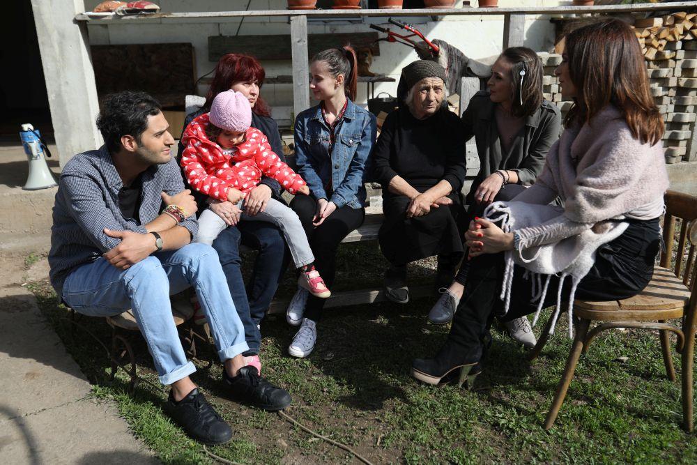 adelaparvu.com despre renovarea casei familie Motrogan, ep 2, sez 4 Visuri la cheie, foto echipa si familia (18)