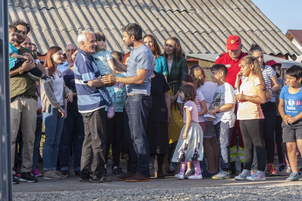 adelaparvu.com despre renovarea casei familie Motrogan, ep 2, sez 4 Visuri la cheie, foto echipa si familia (4)