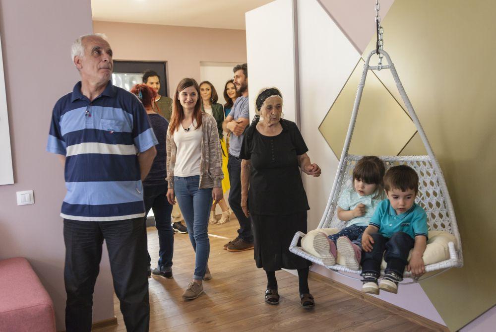 adelaparvu.com despre renovarea casei familie Motrogan, ep 2, sez 4 Visuri la cheie, foto echipa si familia (8)