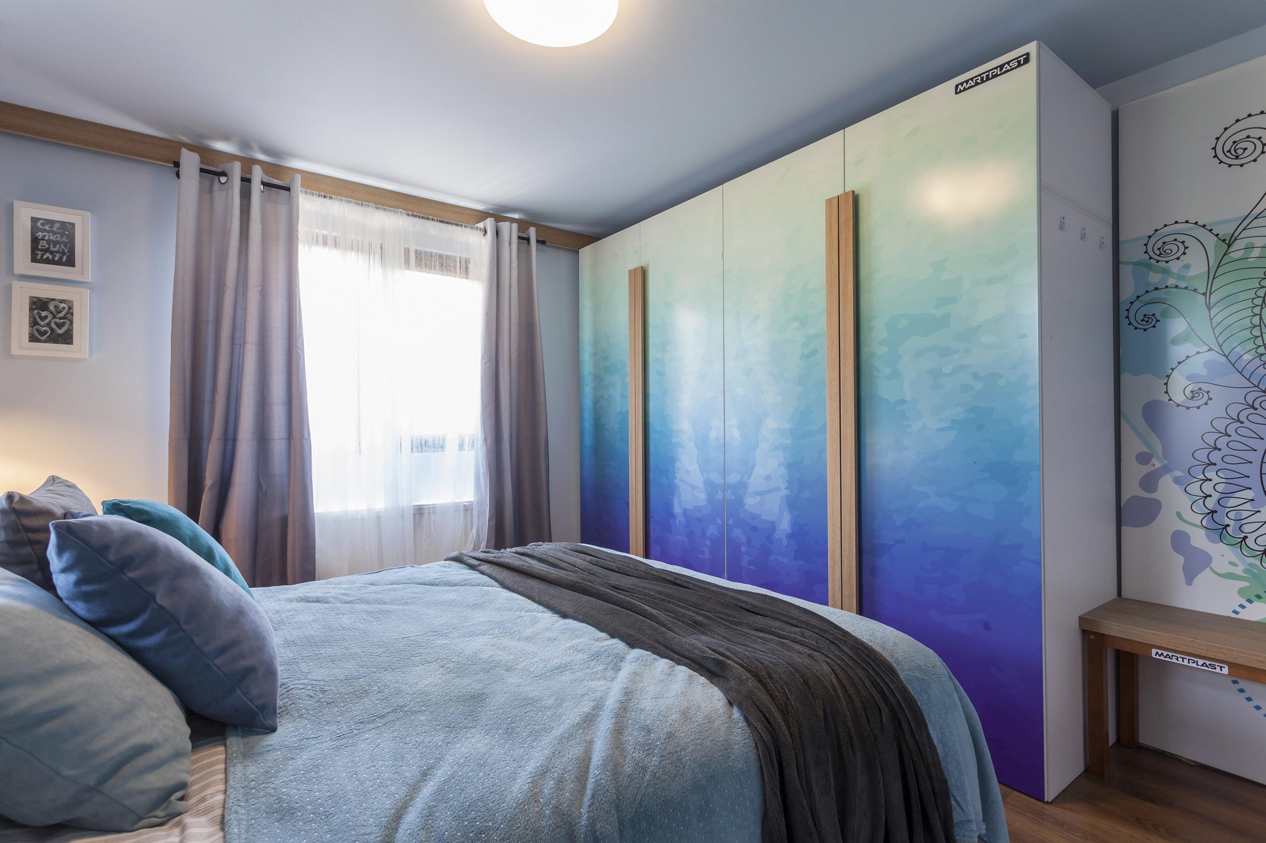 Dormitorul după renovare are pe locul fostei uși un dulap generos.