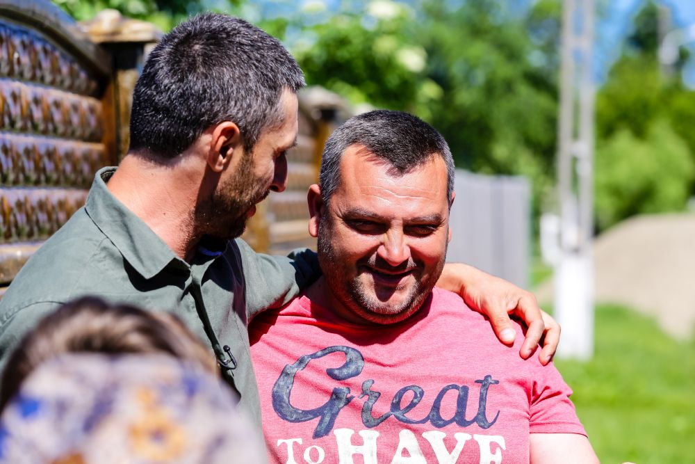 Dragoș Bucur alături de Irinel Gheorghe, tatăl care s-a zbătut să-și țină copiii aproape