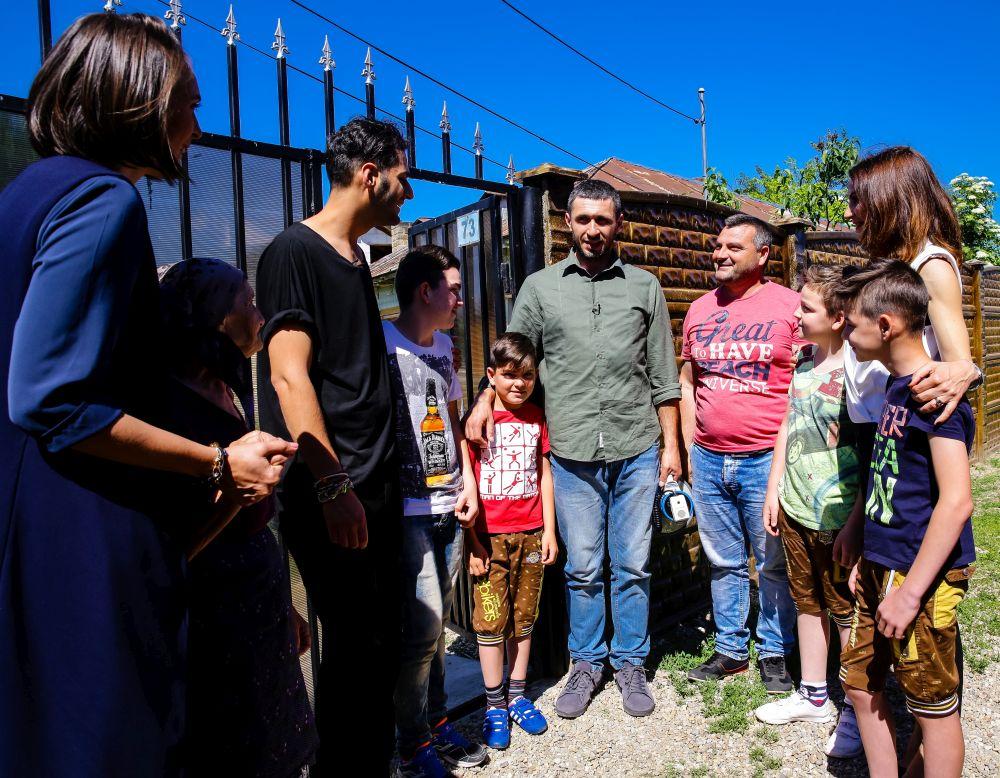 Momentul în care am cunoscut familia în fața porții, unde a ajuns autocarul Visuri la cheie