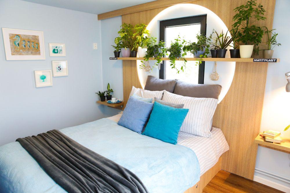 Dormitorul lui Irinel după renovare are patul pus în dreptul ferestrei. Tâmplăria este una de calitate furnizată de către sponsorul Barrier.