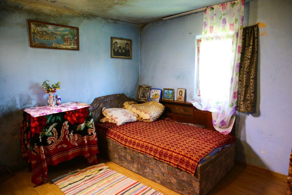Dormitorul înainte de renovare avea patul așezat paralel cu fereastra ce dădea spre spatele casei.